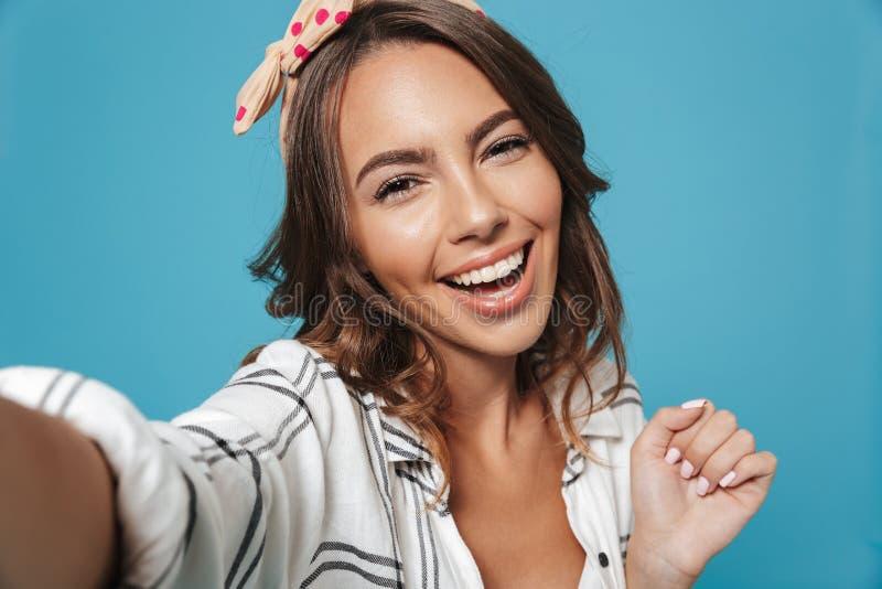 Ritratto di sorridere d'uso splendido della fascia della giovane donna 20s fotografia stock