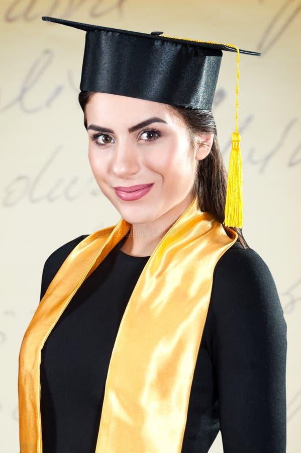 Ritratto di sorridere del giovane laureato fotografia stock libera da diritti