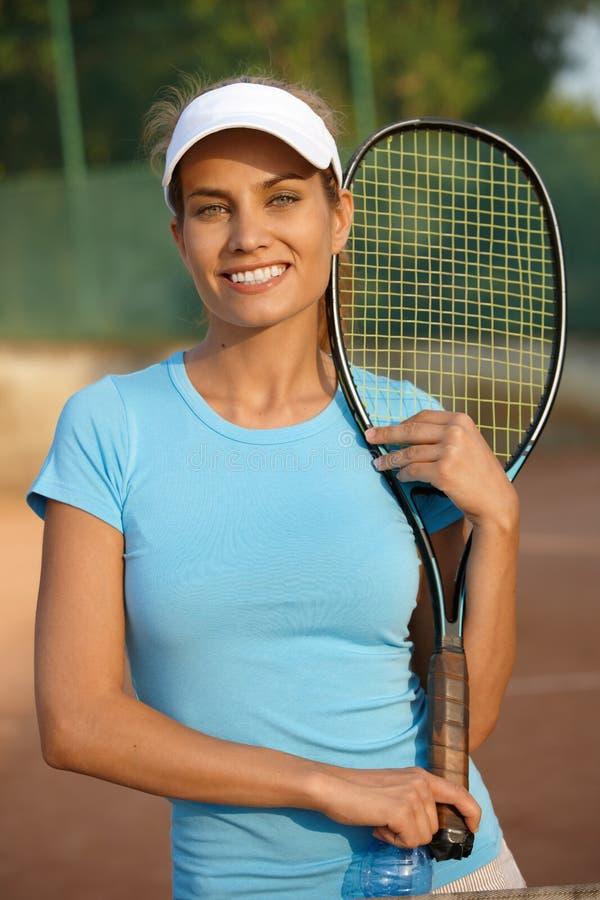 Ritratto di sorridere femminile del giocatore di tennis immagine stock libera da diritti