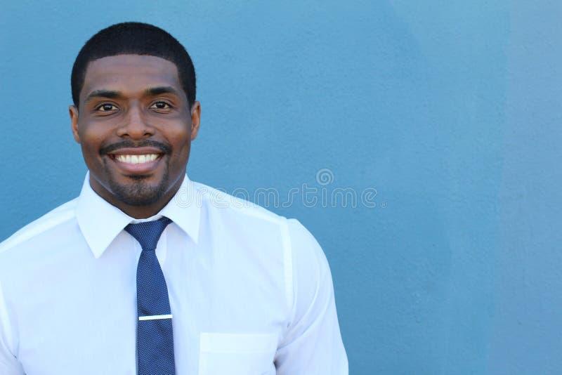 Ritratto di sorridere stante del giovane uomo d'affari africano sicuro bello felice, esaminante macchina fotografica immagini stock libere da diritti