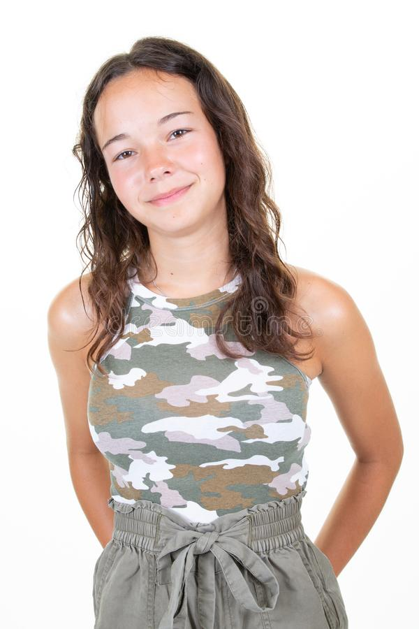 Ritratto di sorridere teenager della ragazza di bello modo isolato su fondo bianco immagini stock