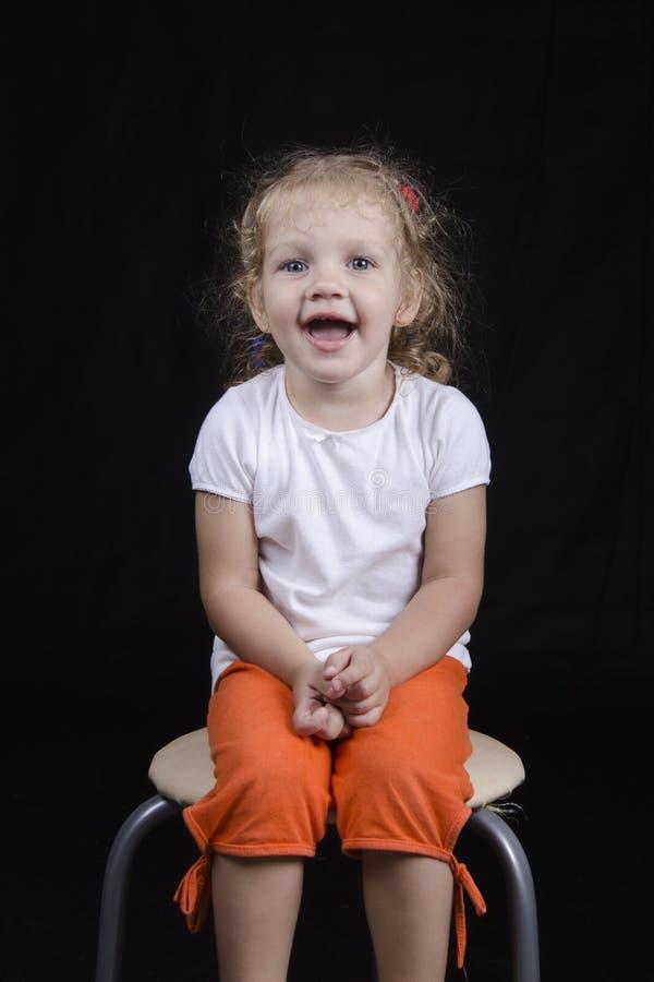 Ritratto di sorridere-vecchia ragazza su un fondo nero fotografie stock libere da diritti