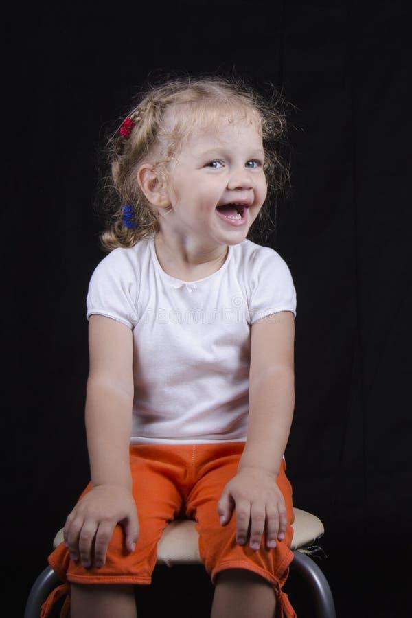 Ritratto di sorridere-vecchia ragazza su un fondo nero immagini stock libere da diritti