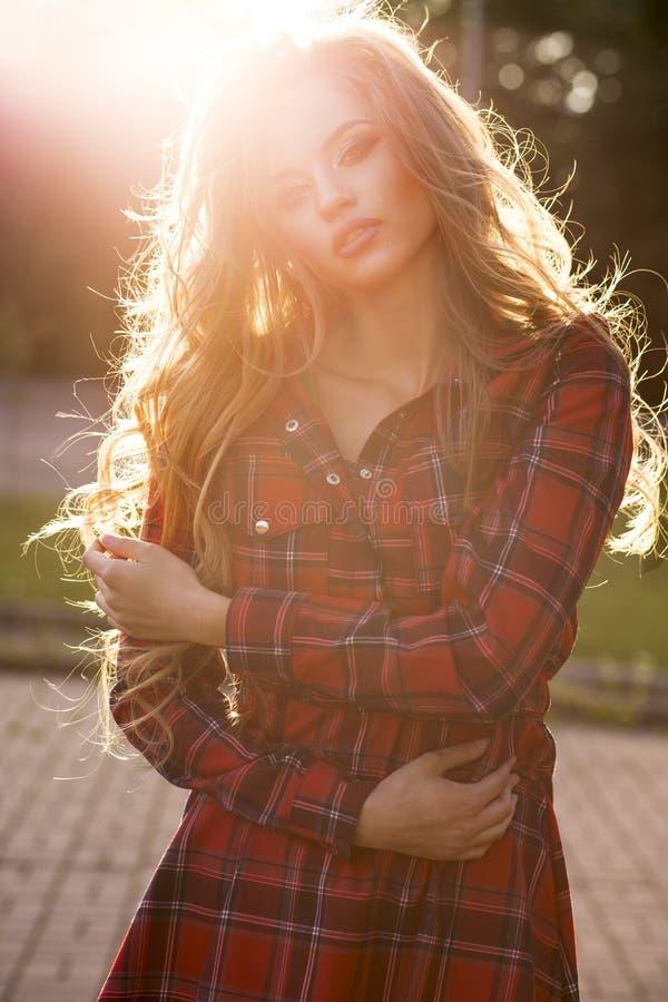 Ritratto di stile di vita di giovane modello seducente in vestito con w lungo immagine stock