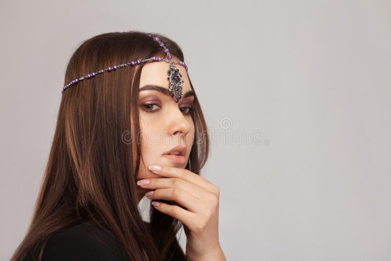 Ritratto di stile di Vogue di bella donna castana con il ornam dei capelli immagine stock