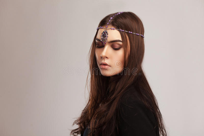 Ritratto di stile di Vogue di bella donna castana con il ornam dei capelli fotografie stock libere da diritti