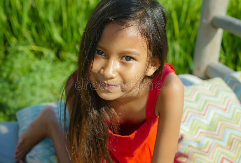 Ritratto di stile di vita di aria aperta di bello e sorridere dolce della ragazza felice e allegro il bambino con gli occhi splen fotografia stock libera da diritti