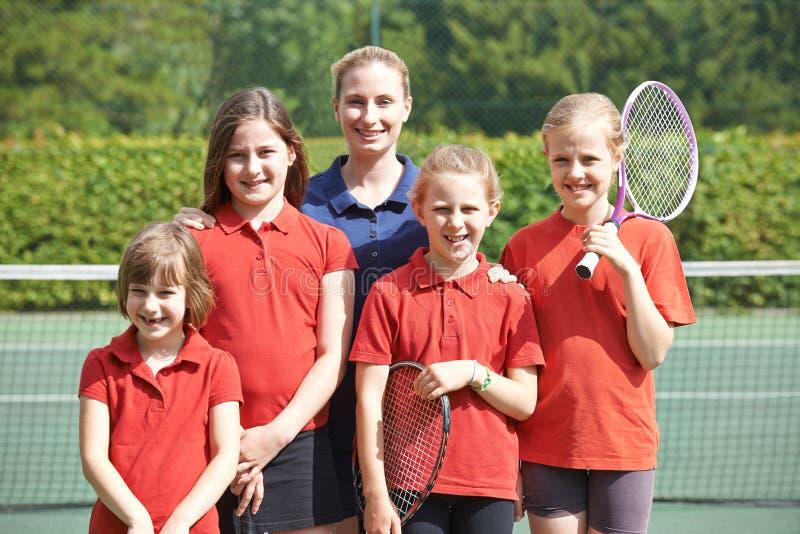 Ritratto di tennis Team With Teacher della scuola immagine stock