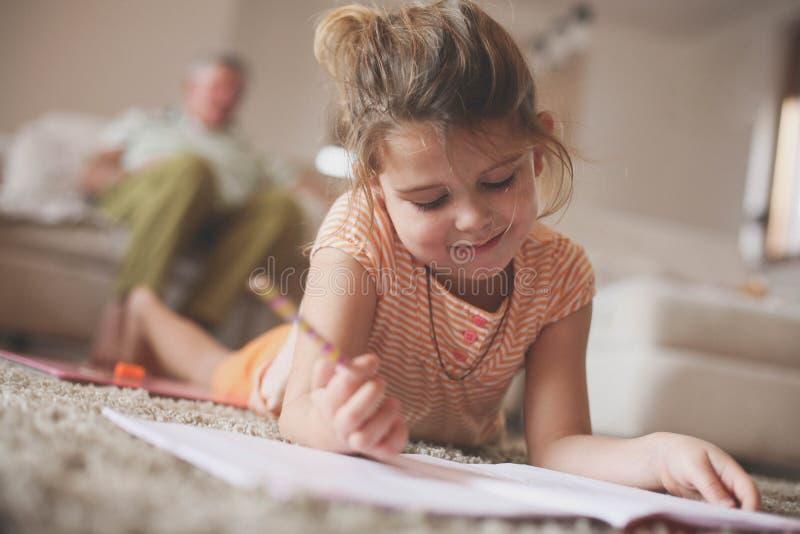 Ritratto di tiraggio della bambina Nonni che si siedono indietro fotografia stock libera da diritti