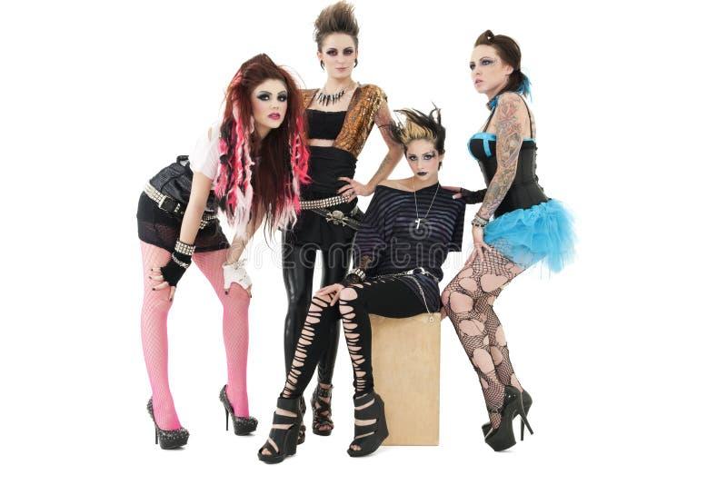 Ritratto di tutta la banda rock femminile sopra la posa insieme sopra fondo bianco immagini stock libere da diritti