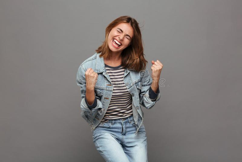 Ritratto di un adolescente felice allegro immagini stock libere da diritti