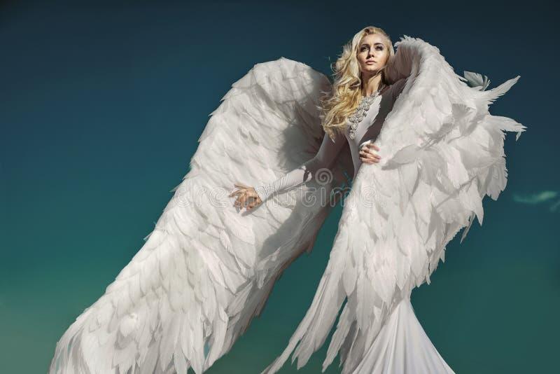 Ritratto di un angelo elegante e biondo fotografie stock