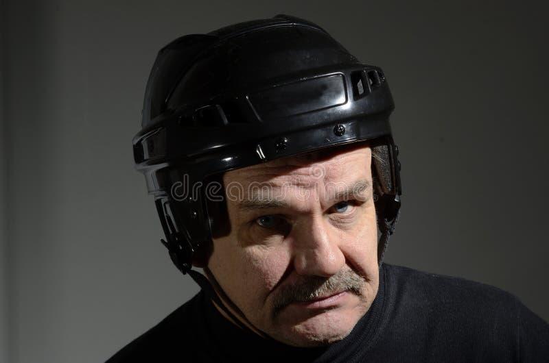 Ritratto di un anziano nel casco dell'hockey immagine stock