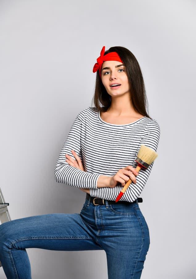 Ritratto di un artista femminile con un'ampia spazzola fotografia stock libera da diritti