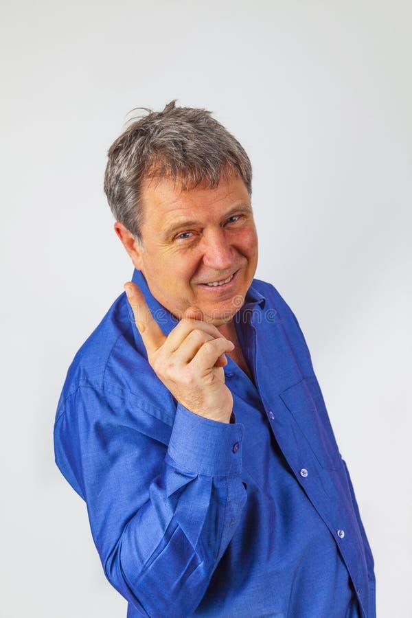 Ritratto di un bell'uomo anziano che guarda e sorride fotografia stock libera da diritti