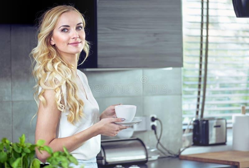 Ritratto di un caffè bevente della giovane donna adorabile immagine stock libera da diritti