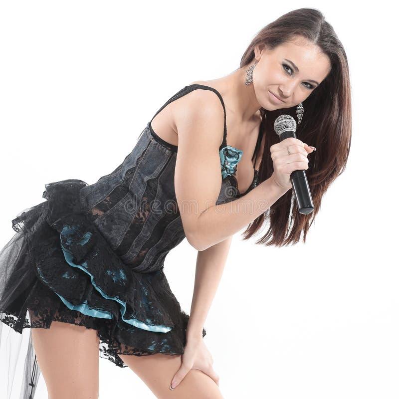 Ritratto di un cantante della giovane donna con il microfono immagine stock libera da diritti