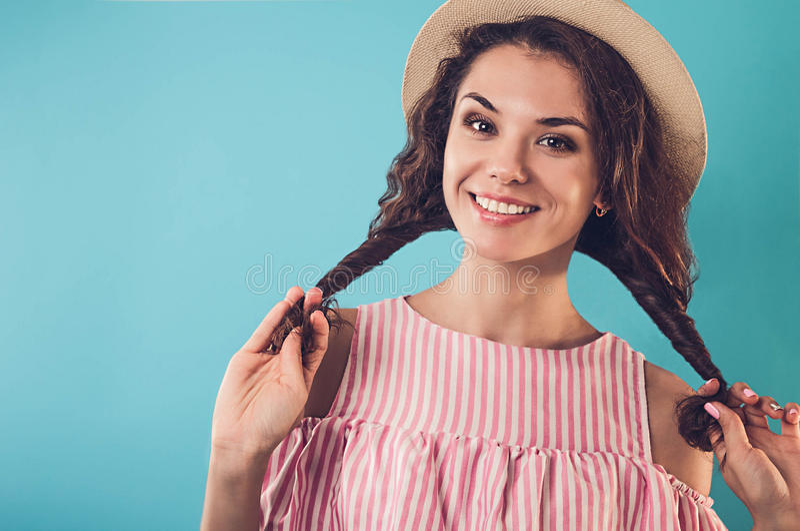 Ritratto di un cappello d'uso della donna graziosa fotografie stock libere da diritti