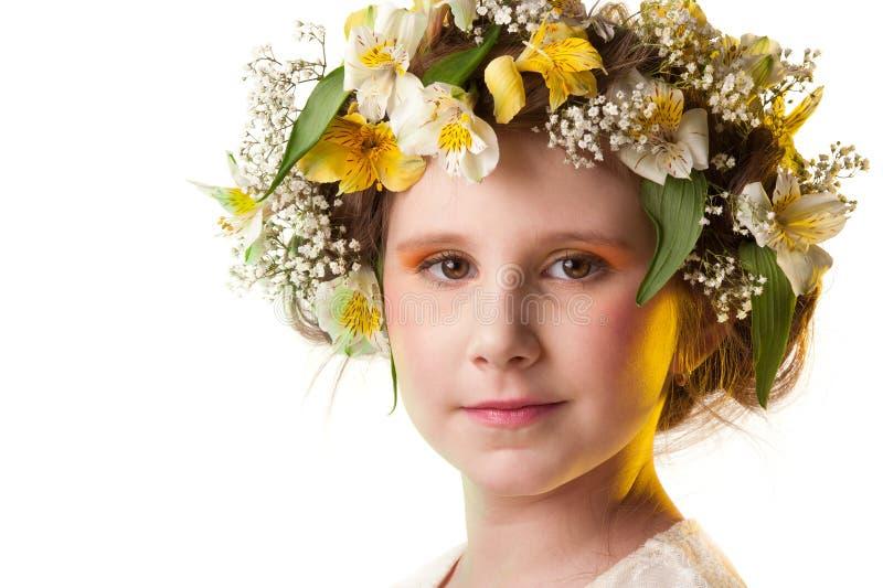 Ritratto di un cappello da portare dei fiori della bella ragazza. fotografia stock