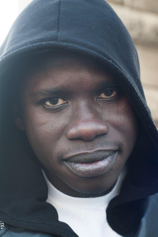 Ritratto di un cappuccio d'uso del giovane uomo di colore immagini stock