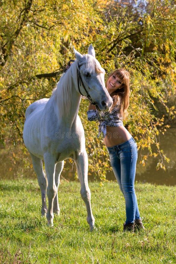 Ritratto di un cavallo bianco e di una donna fotografia stock libera da diritti