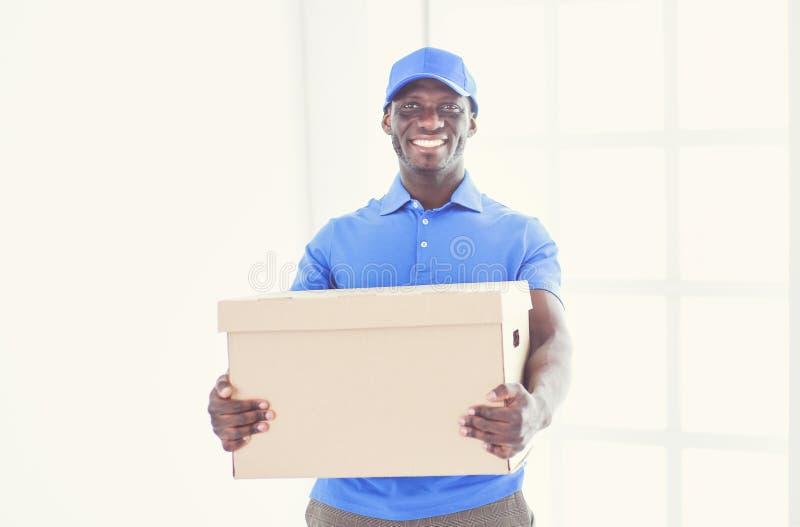 Ritratto di un deliverer felice bello con la scatola fotografie stock