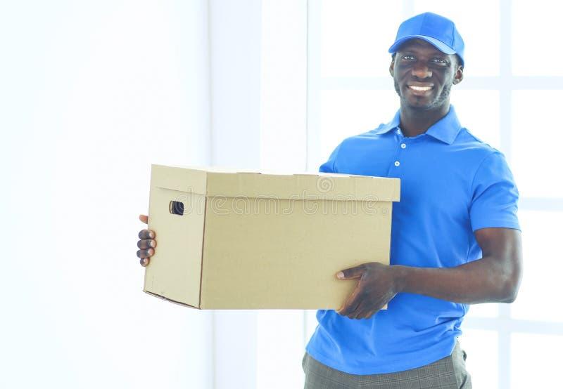 Ritratto di un deliverer felice bello con la scatola fotografia stock