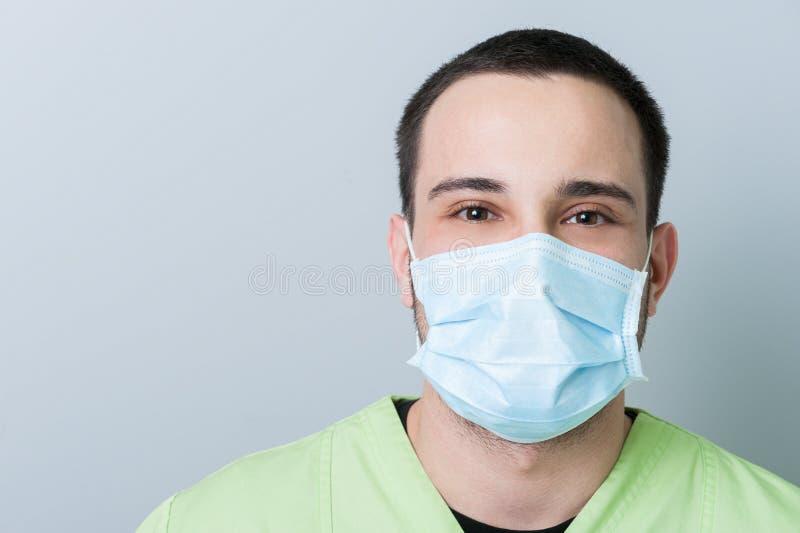 Ritratto di un dentista maschio con lo spazio della copia fotografie stock