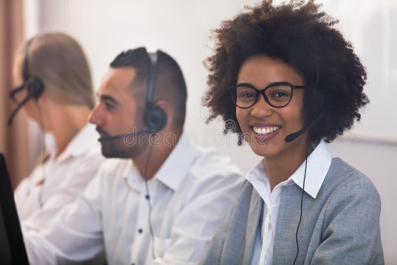 Ritratto di un dirigente femminile di servizio di assistenza al cliente immagini stock