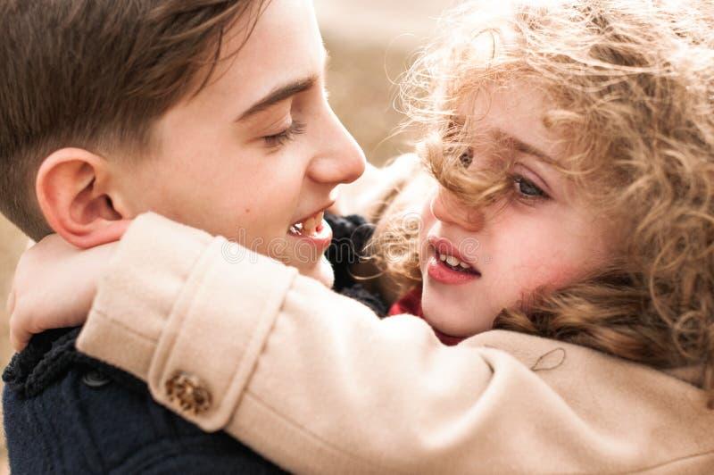 Ritratto di un fratello e di una sorella che si abbracciano fotografia stock