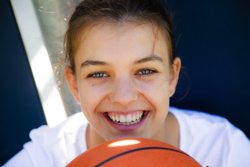 Ritratto di un giocatore di pallacanestro femminile felice fotografia stock