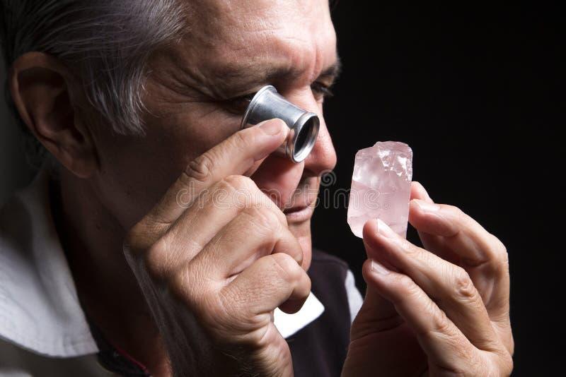 Ritratto di un gioielliere durante la valutazione dei gioielli fotografie stock