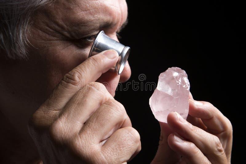 Ritratto di un gioielliere durante la valutazione dei gioielli fotografia stock libera da diritti