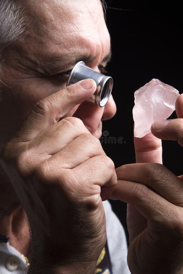 Ritratto di un gioielliere durante la valutazione dei gioielli fotografia stock