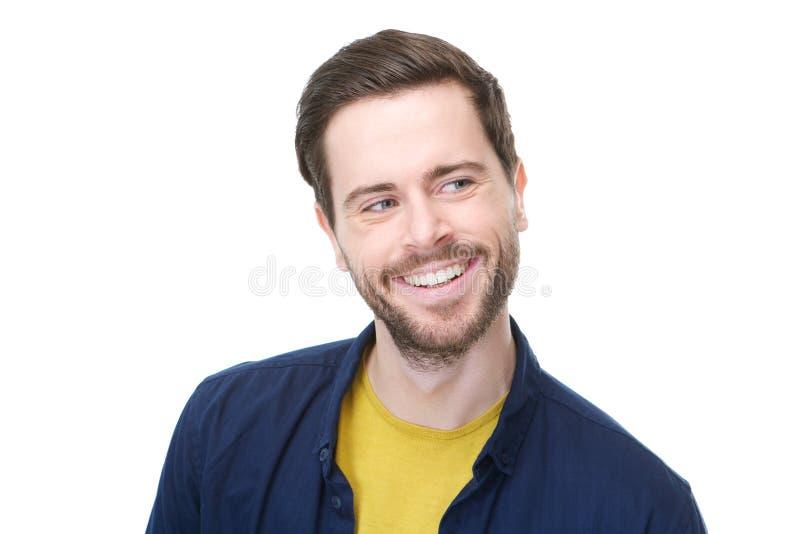 Ritratto di un giovane allegro che sorride e che distoglie lo sguardo fotografia stock