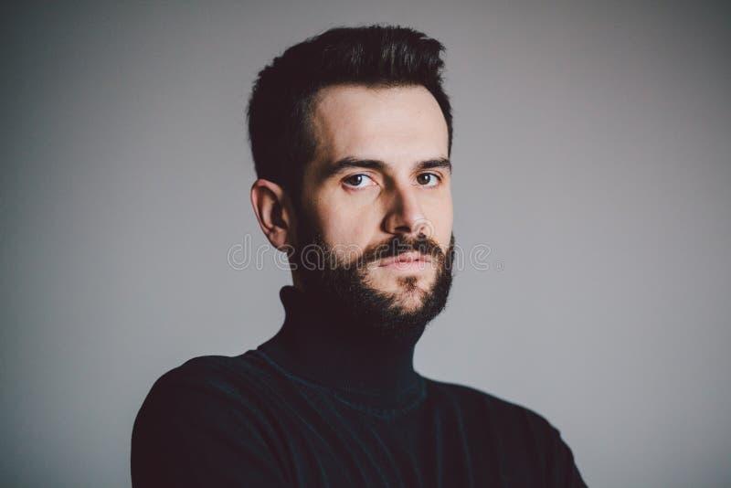 Ritratto di un giovane barbuto bello fotografia stock
