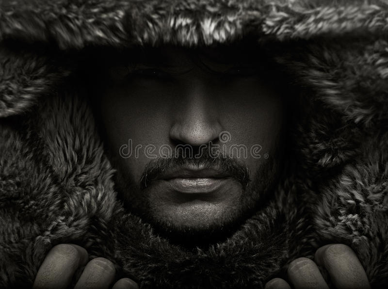 Ritratto di un giovane in cappuccio della pelliccia fotografia stock