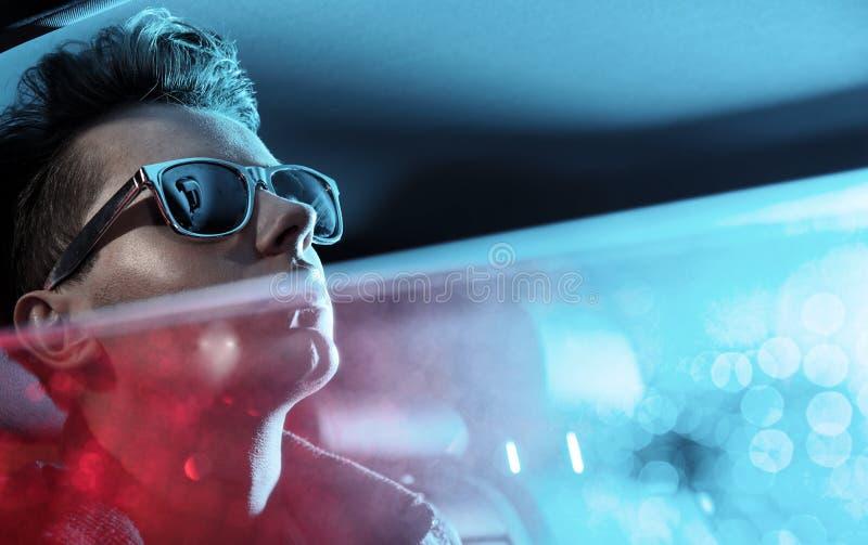 Ritratto di un giovane che guarda dietro la finestra immagini stock libere da diritti