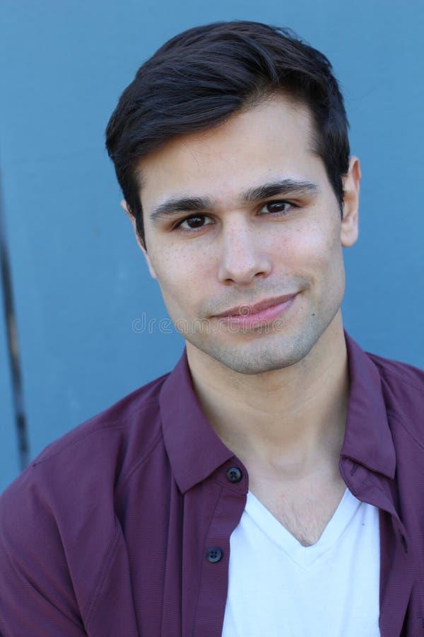 Ritratto di un giovane del latino fuori immagini stock