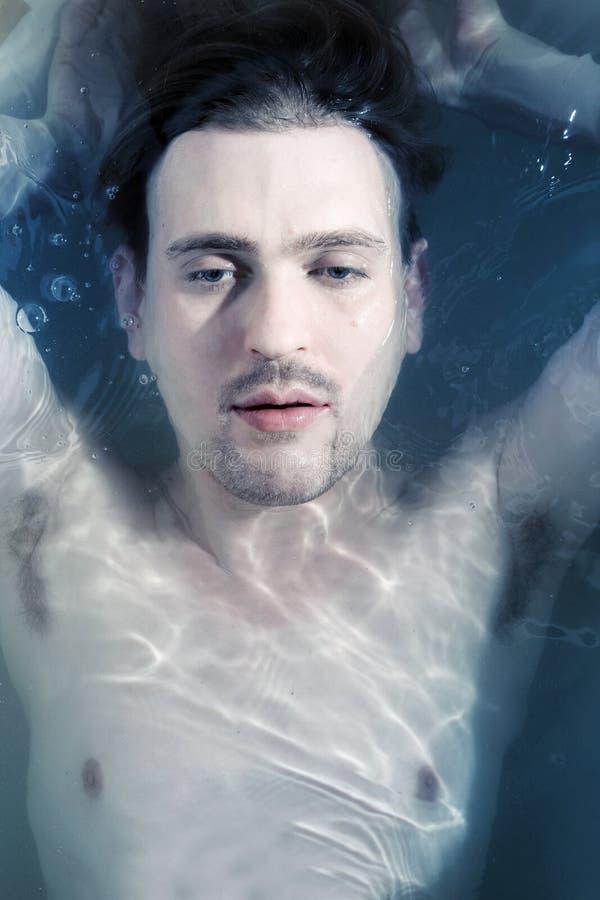Ritratto di un giovane nell'acqua immagine stock