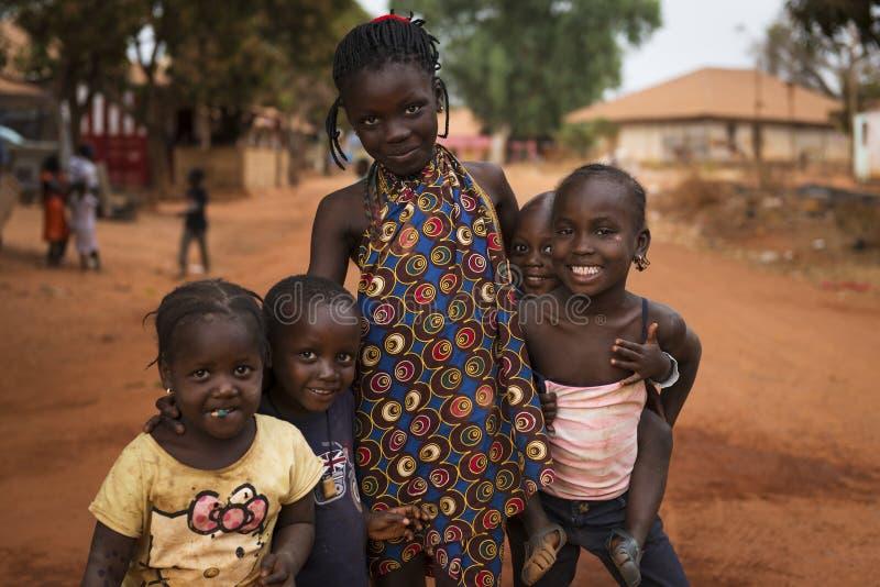 Ritratto di un gruppo sorridente di bambini nella città di Nhacra in Guinea-Bissau immagini stock libere da diritti