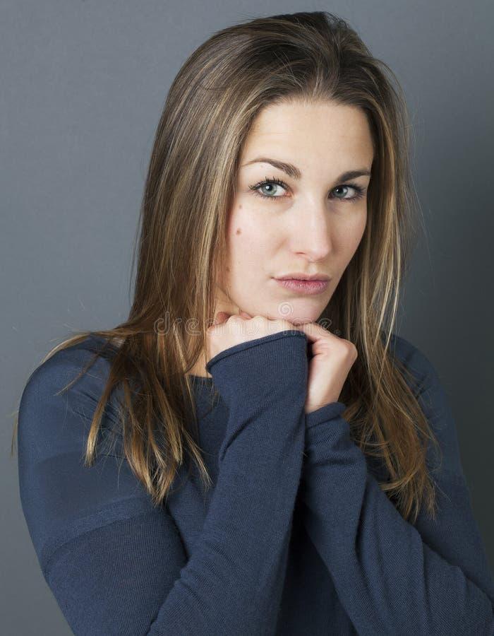 Ritratto di un introverso sostituto della giovane bella ragazza riservata immagini stock libere da diritti