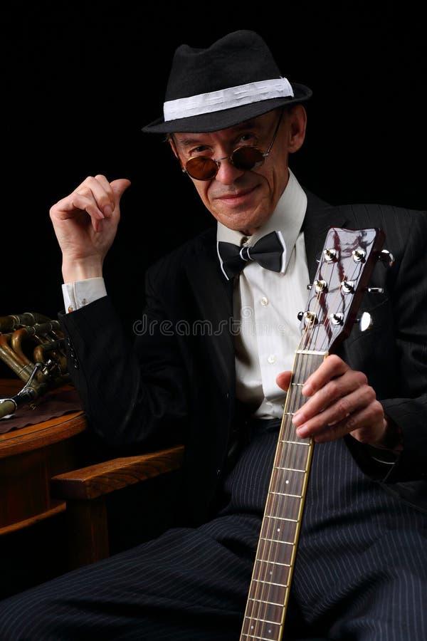 Ritratto di un jazzista anziano nel retro stile fotografie stock libere da diritti