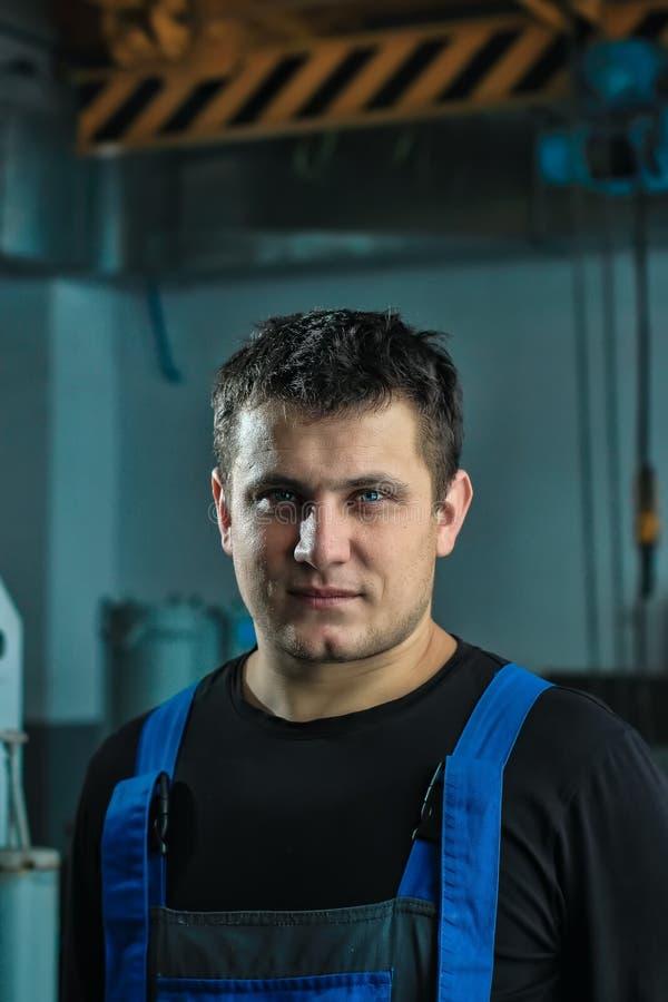 Ritratto di un lavoratore in camici in una fabbrica o in una produzione fotografie stock libere da diritti