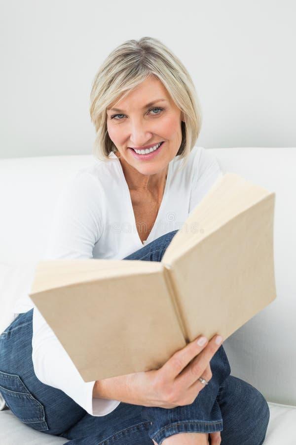 Ritratto di un libro di lettura rilassato della donna fotografie stock