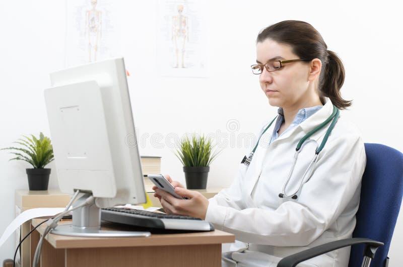 Ritratto di un medico che per mezzo dello smartphone immagine stock