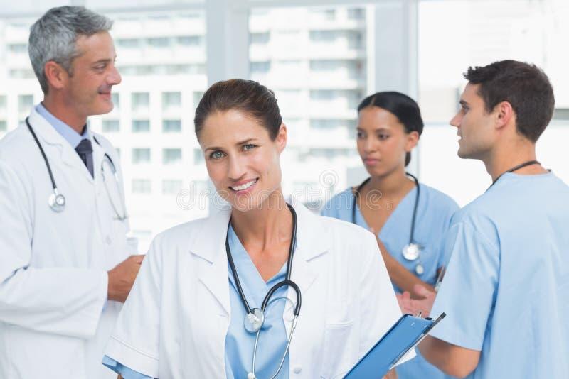 Ritratto di un medico femminile sicuro sorridente fotografie stock