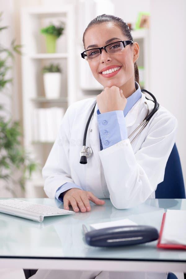 Ritratto di un medico femminile sorridente amichevole con i glasess fotografia stock libera da diritti