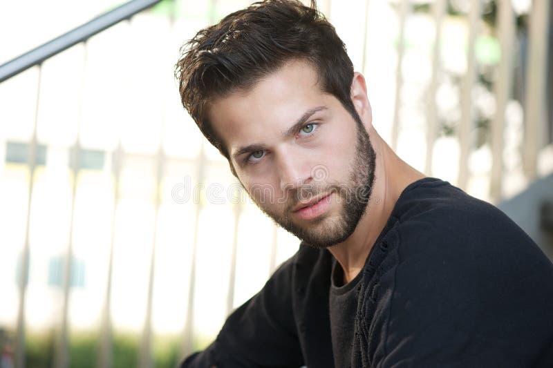 Ritratto di un modello di moda maschio con la barba fotografie stock libere da diritti