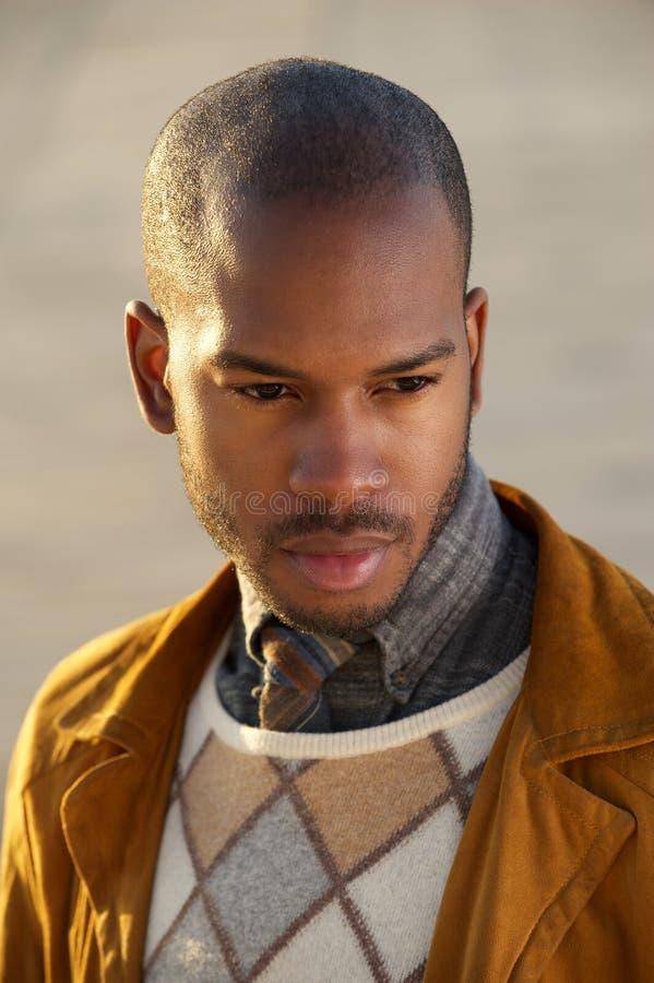 Ritratto di un modello di moda maschio d'avanguardia all'aperto immagini stock libere da diritti